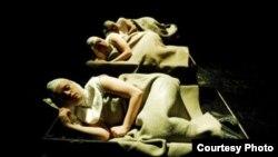 "Сцена из спектакля норвежского режиссера Йо Стромгрена «Монастырь». [Фото — <a href=""http://netfest.ru"" target=_blank>New European Theater</a>]"