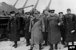 'Jugoslavija je faktički kroz stražnja vrata ušla u NATO savez. Ali, čim je Staljin umro, pritisak da se ide dalje tim istim putem je nestao, što je bilo na štetu razvoja u Jugoslaviji.' (Na fotografiji Tito sa ruskim oficirima 1945)