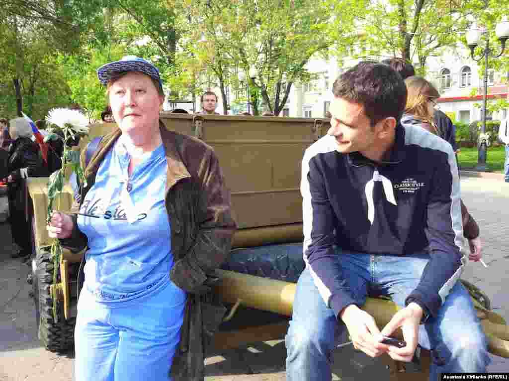 Илья Яшин (справа) не произвонист речей. Цель - не допустить задержаний