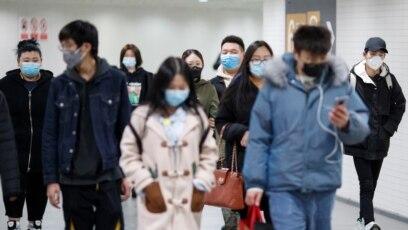 Ljudi sa zaštitnim maskama u podzemnoj željeznici, Peking, 10. mart
