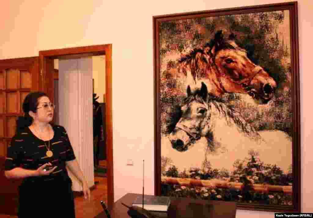 Макпал Жунусова стоит у одной из любимых картин мужа в доме-музее Заманбека Нуркадилова.Алматы, 19 октября 2010 года.