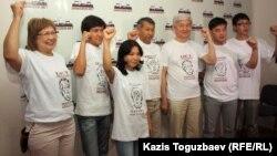Сторонники арестованных по обвинению в разжигании социальной розни Жанболата Мамая и Болата Атабаева в майках с изображением арестованных. Алматы, 26 июня 2012 года.