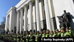 Поліція та Національна гвардія України охороняють вхід до будівлі парламенту в Києві, 18 жовтня 2017 року