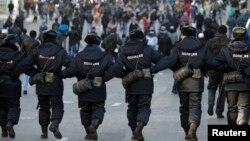 Russiýada polisiýa işgärleri hatara düzülip gidip barýar.