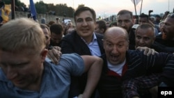 Михаил Саакашвили (в центре слева) во время прорыва государственной границы Украины, 10 сентября 2017 г.