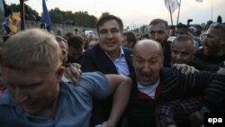 Михеил Саакашвили (в центре) пересекает границу Украины во Львовской области, не пройдя пограничный контроль, 10 сентября 2017 год
