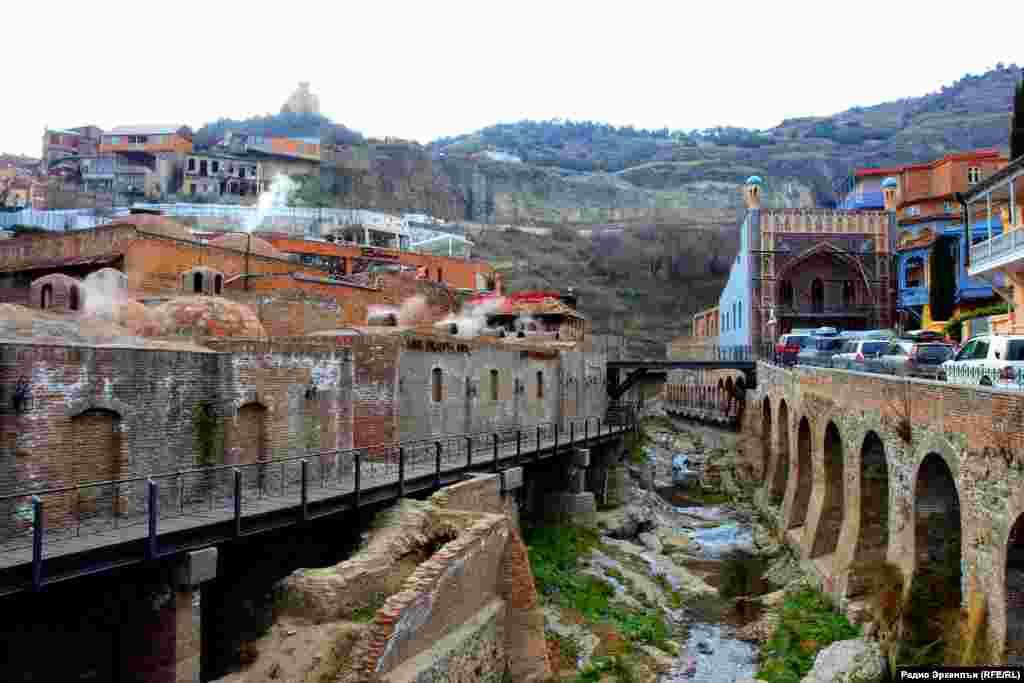 Тбилисиялъул басриял авалал. Квараниса – мажгит, квегIиса – машгьурал чIабтIил хIамамал.