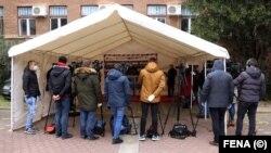 Predstavnici medija na pres-konferenciji ispred Sveučilišne kliničke bolnice Mostar, 1. april