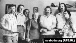 У Зэльве ў Ларысы Геніюш. Ірына Марачкіна – крайняя справа. 1981
