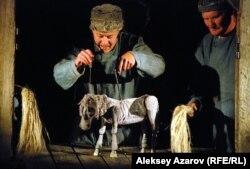 """Эпизод из спектакля """"Холстомер"""" (""""История лошади"""") в исполнении актеров Брестского театра кукол. Алматы, 23 сентября 2012 года."""