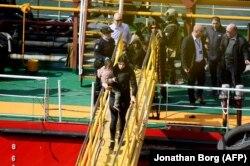 """Группу мигрантов выводят с судна """"Эль Хиблу-1"""". Валетта, 28 марта 2019 года"""