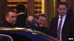 Герхард Шредер встречает Владимира Путина при входе в Юсуповский дворец, 28 апреля 2014 года