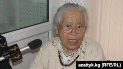 """Академик Бүбүйна Орузбаева """"Азаттыктын"""" студиясында, 2011-жыл."""