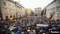 Сторонники независимости Каталонии проводят акцию у здания Конституционного суда Испании.