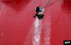 Актывіст «Грынпісу» спрабуе ўзьлезьці на нафтавую плятформу «Прыразломная» ў Пячорскім моры. 18 верасьня, фота Дзяніса Сінякова