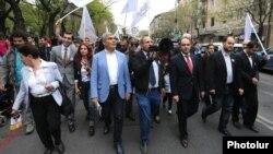 Лидеры блока «Елк» во время шествия в Ереване (архив)