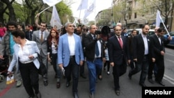 Armenia - Nikol Pashinian (C) and other leaders of the Yelk alliance lead a demonstration in Yerevan, 21Apr2017.