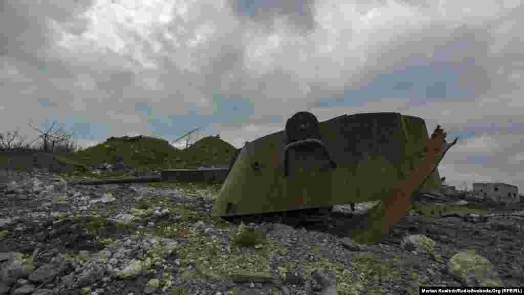 По всей территории Авдеевской промзоны - разрушенная военная и гражданская техника, груды искореженного металла.