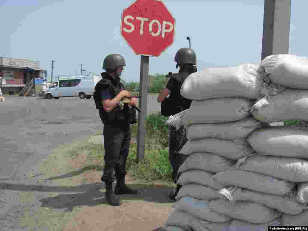 Дорожній знак на блокпосту прострелений кулями, 10 червня 2014 року