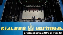 Президент Украины Владимир Зеленский поздравил жителей Мариуполя с пятой годовщиной освобождения города от российских гибридных сил. Мариуполь, 15 июня 2019 года