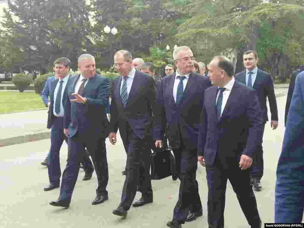 Сергей Лавров в сопровождении премьер-министра Беслана Барциц, министра иностранных дел Даура Кове и других чиновников