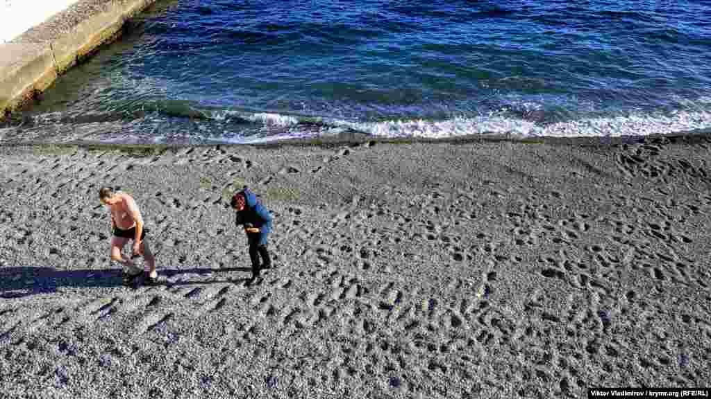 Сміливець, що ризикнув скупатися в січневому морі на пляжі Професорського куточка біля Алушти. Дивіться більше фото зимового ПБК у фотогалереї Крим.Реалії