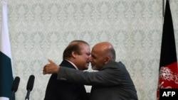 د افغانستان ولسشمر اشرف غني له پاکستاني وزیر اعظم سره روغبړ کوي