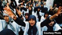 Ислам ыңкылабынын колдоочулары Тегеранда демонстрация өткөрүп жатышат, 1979-жыл. Реза Дегати тарткан сүрөт