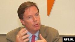 نیکلاس برنز از شرکای اقتصادی ايران در اروپا و آسيا خواست روابط تجاری و بازرگانی خود را با جمهوری اسلامی کاهش دهند