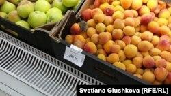 """Астанадағы """"Аружан"""" сауда үйіндегі Green супермаркетінде өрік жәшіктегі өрік арасында жүрген тышқан. Астана, 18 шілде 2015 жыл."""