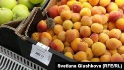 """Мышь в коробке с абрикосами в супермаркете GREEN торгового центра """"Аружан"""". Астана, 18 июля 2015 года."""