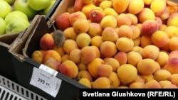 Мышь коробке с абрикосами в одном из супермаркетов Астаны. 18 июля 2015 года.