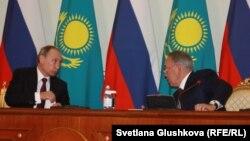 Президент России Владимир Путин (слева) и президент Казахстана Нурсултан Назарбаев на встрече в резиденции Акорде. Астана. 15 октября 2015 года.