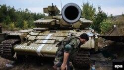 Донецкіге жақын маңдағы Авдеевка ауданында жүрген украин әскерилері. (Көрнекі сурет).