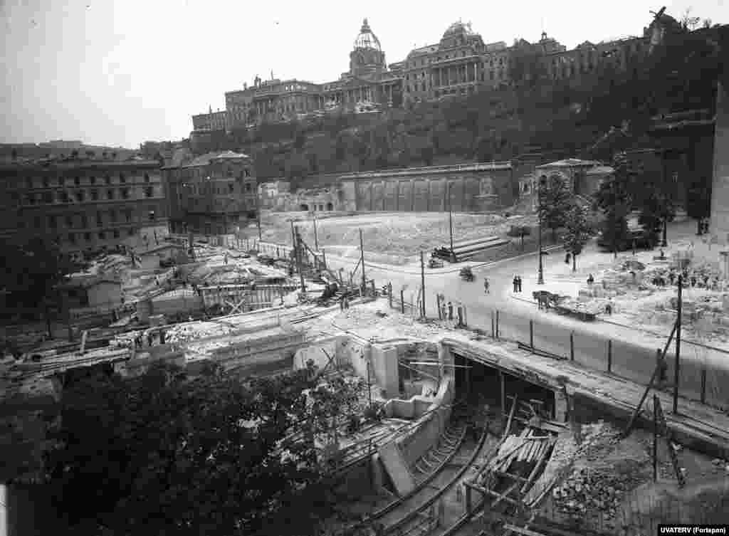 Укладка линии метро под площадью Кларка Адама рядом с разрушенным Будайским замком, 1949 год. Будапешт сильно пострадал в ходе войны, особенно при бомбардировках союзников Красной армии, которая наступала на занятый нацистами город