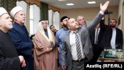 Сүрия, Фәләстин, Чечня, Согуд Гарәбстаныннан килгән кунаклар ачылу тантанасында. 28 октябрь 2013. Аида Сәйдәш фотосы