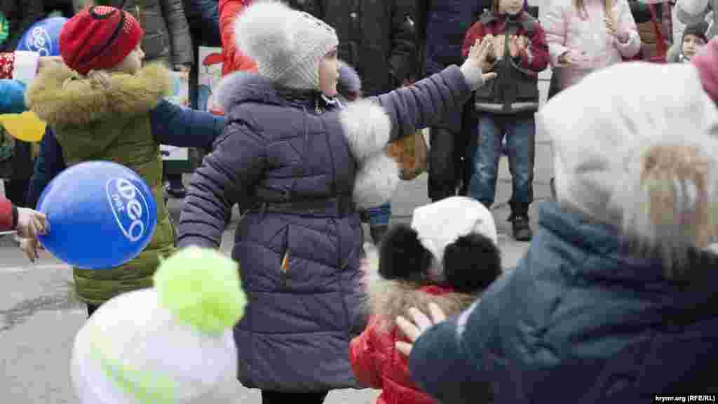 Діти повторюють рухи за Дідом Морозом