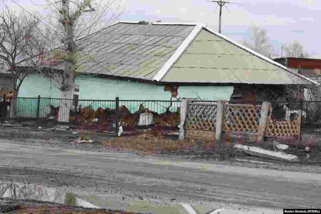 Еще один дом, не выдержавший удара стихии. Всего в поселке паводками повреждено около 700 домов.