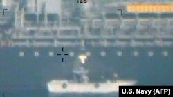 """Ovaj snimak, koje je američko Ministarstvo odbrane objavilo 17. juna, """"predstavlja novi dokaz"""" koji optužuje Iran za napade na tanker 13. juna u Omanskom zalivu."""