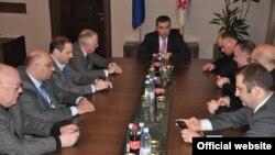 Для проведения финальных консультаций спикер Бакрадзе пригласил к себе в кабинет лидеров правящей партии и нескольких оппозиционеров