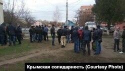 Місцеві жителі зібралися біля суду
