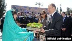 Президент Азербайджана Ильхам Алиев с супругой Мехрибан Алиевой на праздновании Новруз в Баку, 2012.