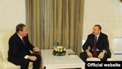 Ильхам Алиев (справа) и Джордж Фридман, Баку, 16 апреля 2011