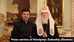 President Volodymyr Zelenskiy (left) and Patriarch Filaret pose for a photo during their meeting in Kyiv on April 30.