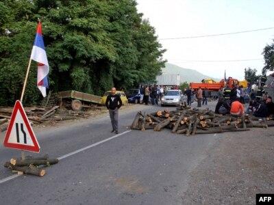 Lokalni Srbi su blokirali put Leposavić Mitrovica kao odgovor na zauzimanje prelaza od strane kosovske policije, 26. jul 2011.