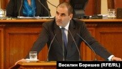"""Цветан Цветанов произнася """"обвинителната"""" си реч от парламентарната трибуна на 3 декември 2010 г."""