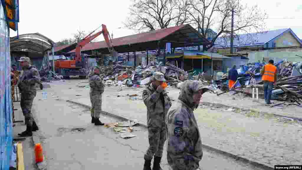 У Сімферополі 11 квітня кримська влада розпочала демонтаж торгових об'єктів на міні-ринку в районі вулиці Козлова.