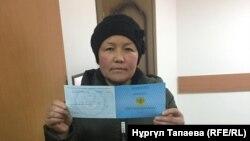Сайрагуль Сауытбай показывает документ о продлении статуса просительницы убежища, Алматы, 28 января 2019 года.