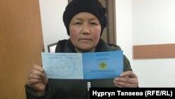 Этническая казашка из Китая Сайрагуль Сауытбай с удостоверением просителя убежища. Алматы, 28 января 2019 года.