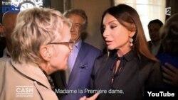 «France 2» telekanalının müxbiri Parisdə Mehriban Əliyevaya sual verir.